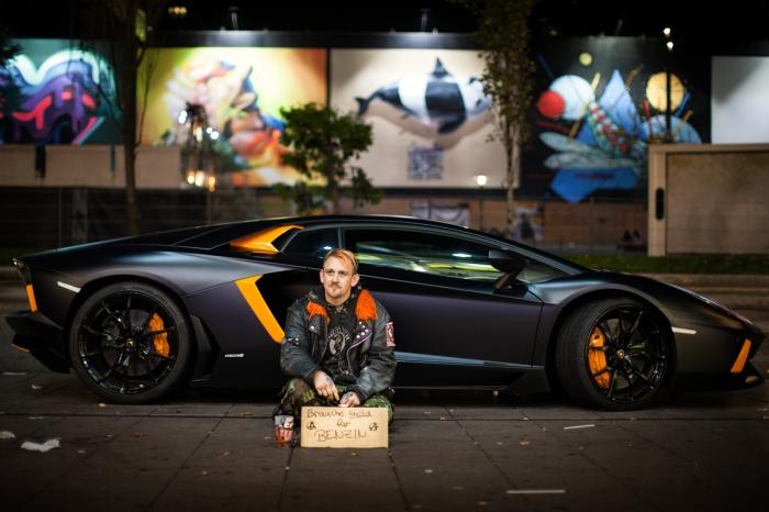 Koko vor (s)einem Lamborghini - die Jacke hat extra den passenden Kragen; zum Auto.